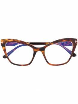 Tom Ford Eyewear очки в оправе 'кошачий глаз' черепаховой расцветки TF5601B