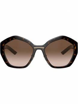 Prada Eyewear солнцезащитные очки в массивной геометричной оправе PR08XS2AU6S1