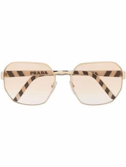 Prada Eyewear солнцезащитные очки в массивной оправе с логотипом PR54XS