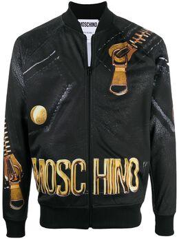 Moschino бомбер с эффектом тромплей A17105259