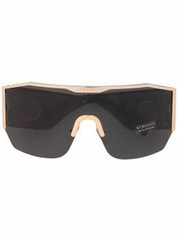 Versace Eyewear солнцезащитные очки-маска в массивной оправе 0VE2220