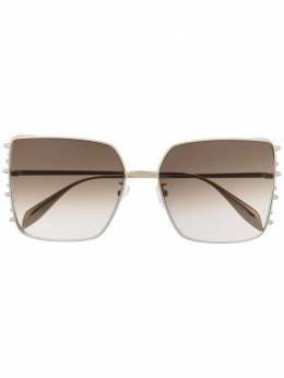 Alexander McQueen Eyewear солнцезащитные очки в массивной оправе с заклепками 649845I3330